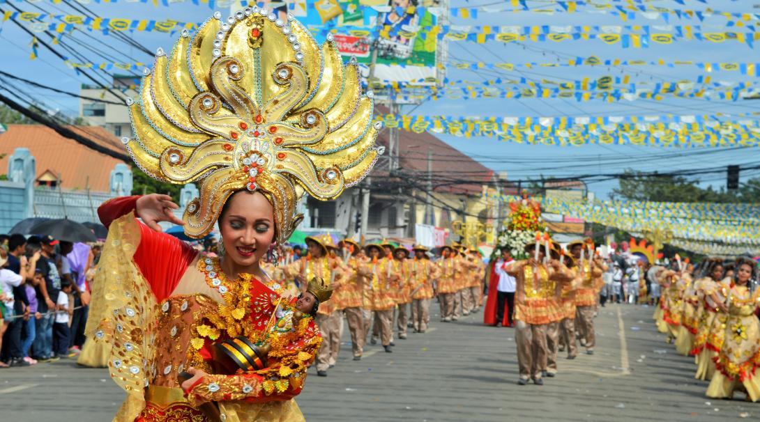 Habitantes locales celebrando en el festival Sinulog en Filipinas.